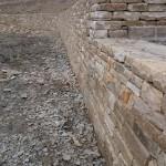 Dry stone effect retaining wall