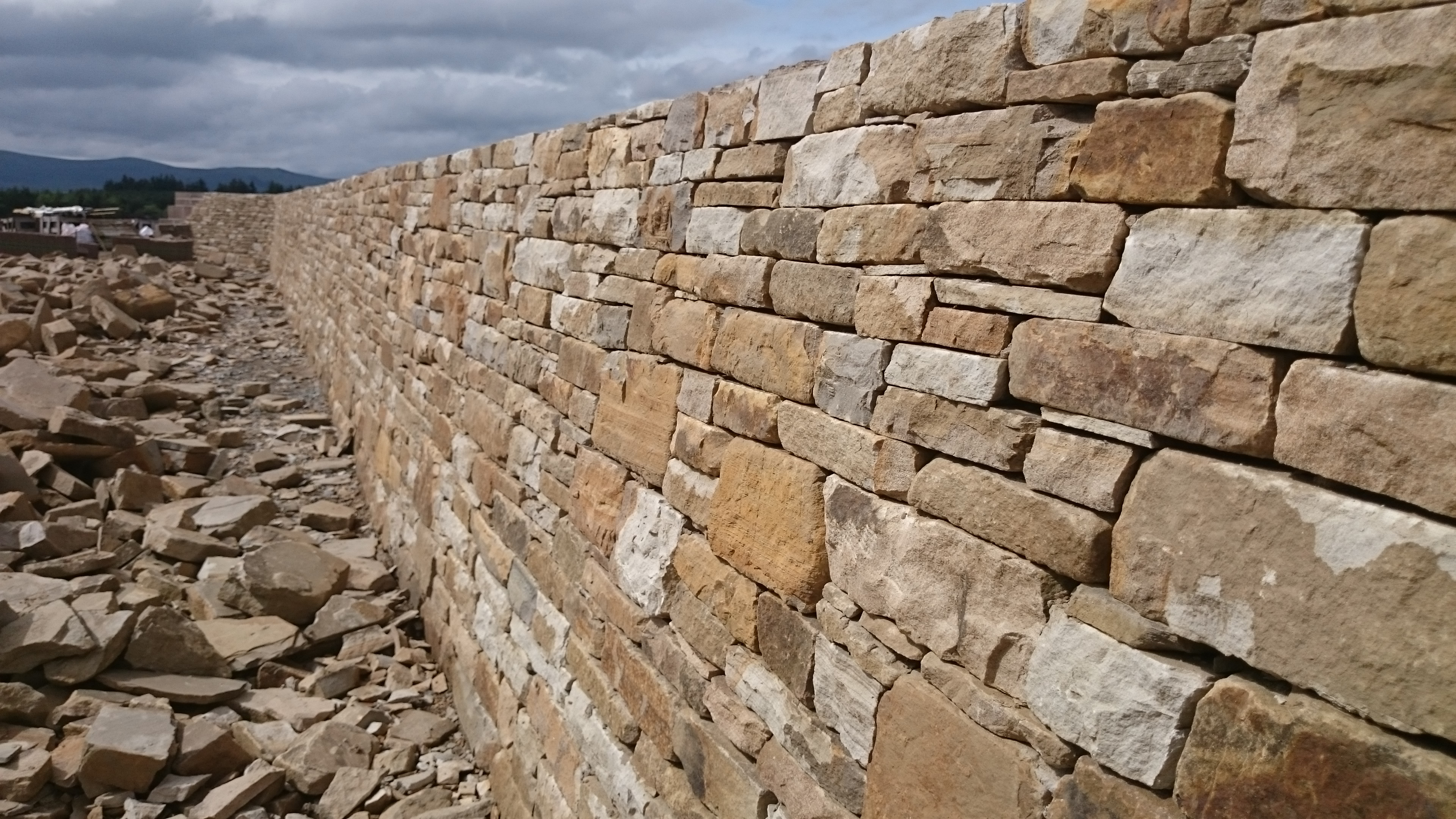 Dry stone effect retaining wall
